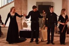 die beiden Tänzer mit den Musikern des Ensembles all'improvviso: Maurice van Lieshout, Martin Erhardt, Annegret Fischer, Nora Thiele